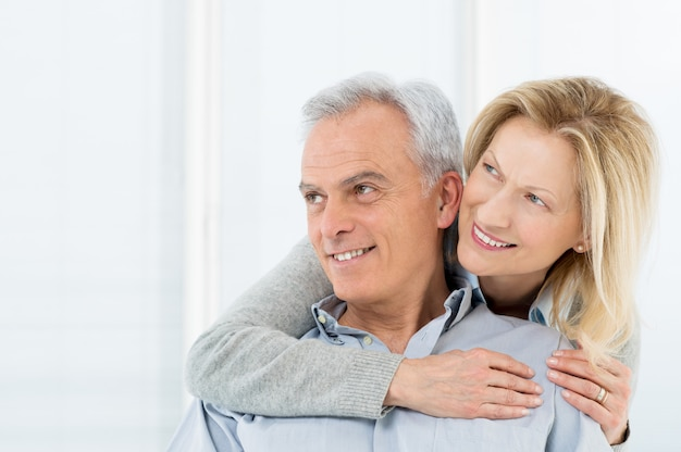 Sorridente coppia matura visione