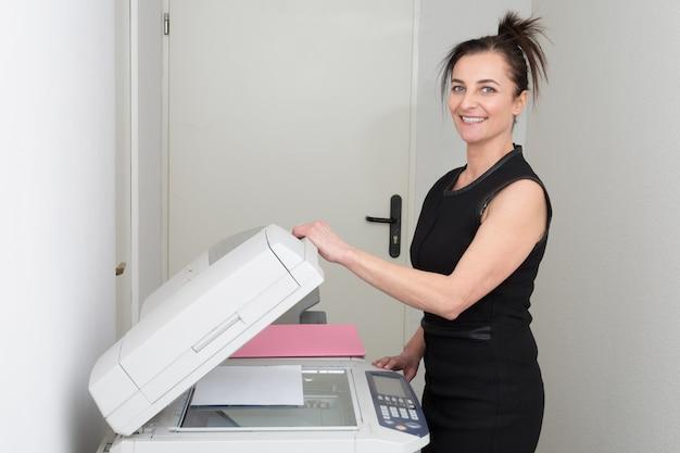 Donna di affari elegante professionale matura sorridente
