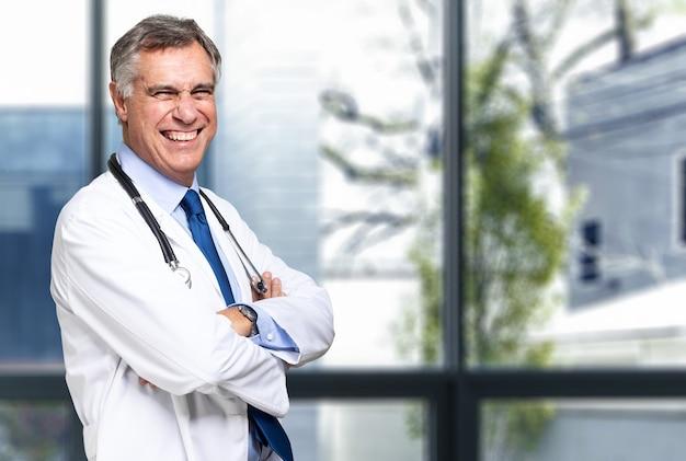 Sorridente medico con lo stetoscopio.