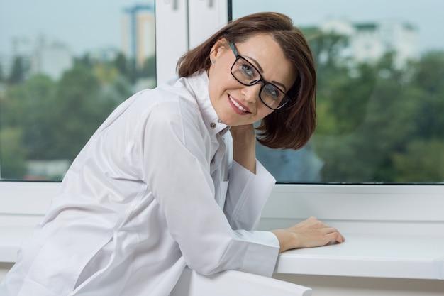 Medico sorridente della donna all'ospedale
