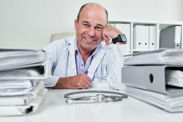 Sorridente medico di mezza età