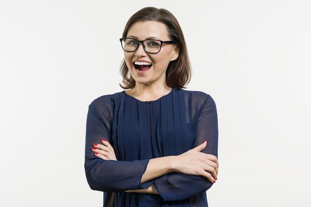 Sorridente donna di mezza età con le braccia conserte