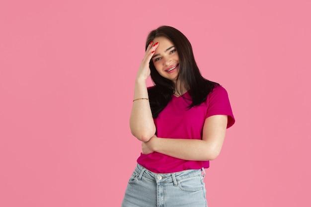 Sorridente. ritratto monocromatico di giovane donna castana caucasica isolata sulla parete rosa. bellissimo modello femminile. emozioni umane, espressione facciale, vendite, concetto di annuncio. cultura giovanile.