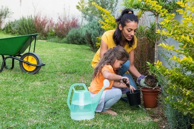 Giardinaggio sorridente della madre e della figlia