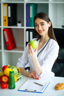 Sorridente nutrizionista nel suo ufficio