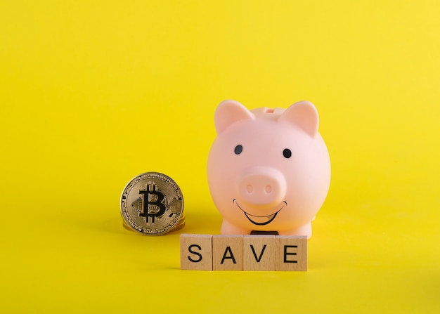 Un salvadanaio sorridente con bitcoin e salvataggio del titolo