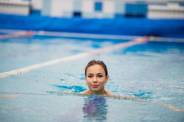 Sorridente ritratto di bella donna in piscina