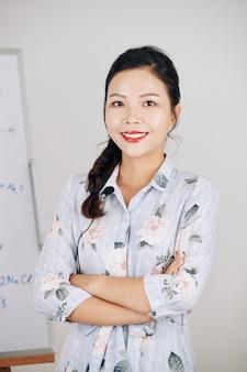 Sorridente insegnante di scienze