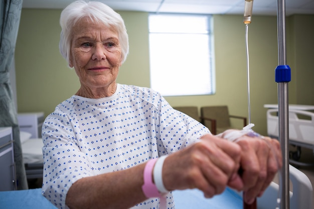 Sorridente paziente senior in ospedale