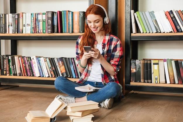 Sorridente ragazza adolescente facendo i compiti