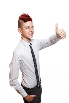 Un adolescente sorridente mostra il suo pollice in alto isolato