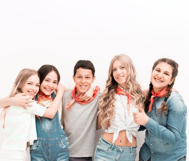 Adolescenti sorridenti che si abbracciano