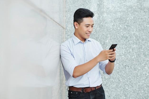 Sorridente uomo d'affari di sms