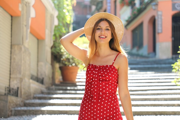 Sorridente turista donna scendendo le scale salita serbelloni a bellagio sul lago di como. ragazza in vacanza estiva visitando una famosa destinazione turistica in italia.