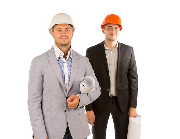 Sorridente due giovani ingegneri maschi che guardano la telecamera