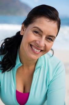 Donna sorridente in spiaggia
