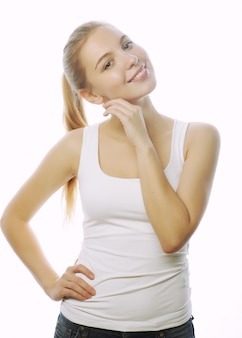 Donna sorridente in maglietta bianca in bianco