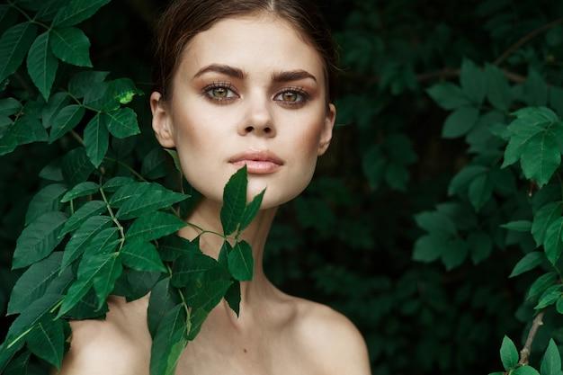 Donna sorridente cosmetologia natura foglie verdi glamour lifestyle