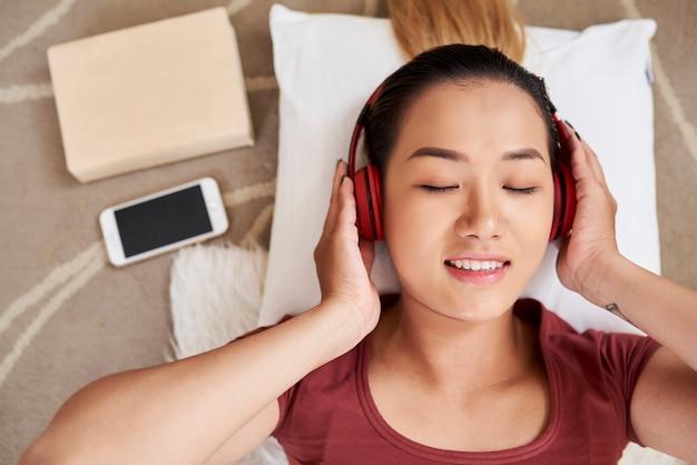 Donna sorridente che gode della musica