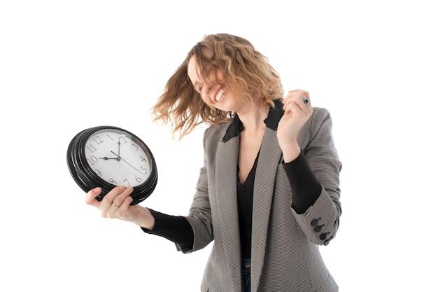 Donna sorridente che tiene in mano un grande orologio. tempo per riposare, rilassarsi, concetto di vacanza. isolato su bianco.