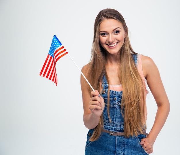 Donna sorridente che tiene la bandiera degli stati uniti