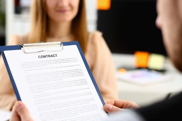 Modulo di contratto di offerta donna sorridente