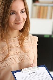 Modulo di contratto offerta donna sorridente