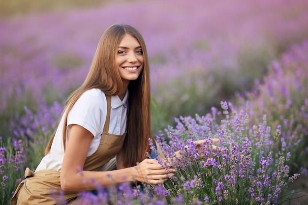 Donna sorridente in posa in un campo di lavanda
