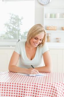 Donna sorridente che rilegge un testo