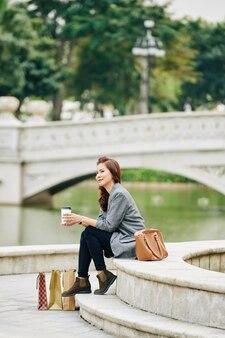 Donna sorridente che riposa al fiume