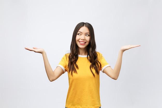 Donna sorridente che mostra lo spazio della copia per il prodotto