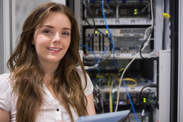 Donna sorridente che sta davanti ai server
