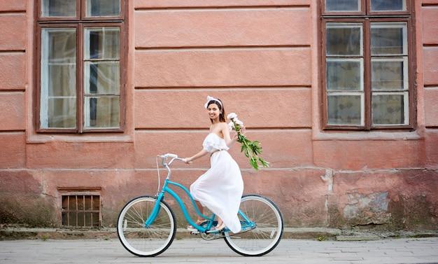 Donna sorridente su una bicicletta vintage