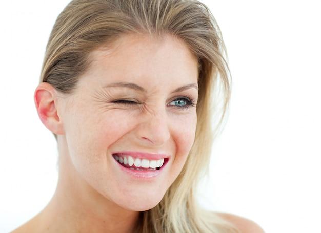 Donna sorridente che sbatte le palpebre