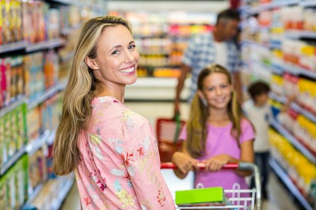 Donna sorridente con la sua famiglia