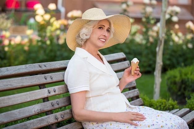 Donna sorridente con gelato.