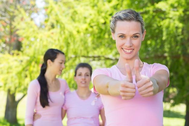 Donne sorridenti in rosa per la consapevolezza del cancro al seno