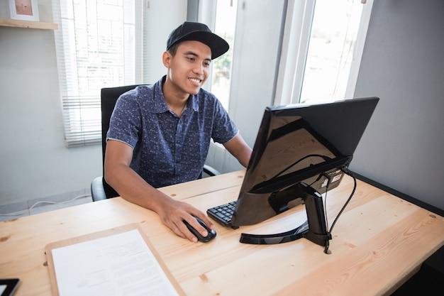 Giovane uomo sorridente di affari nel suo ufficio