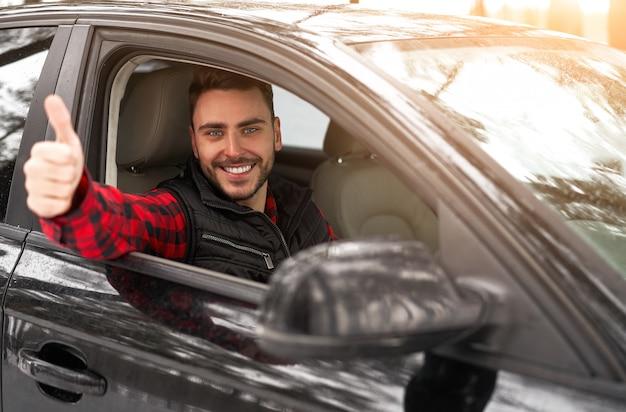 Giovane uomo caucasico sorridente. autista