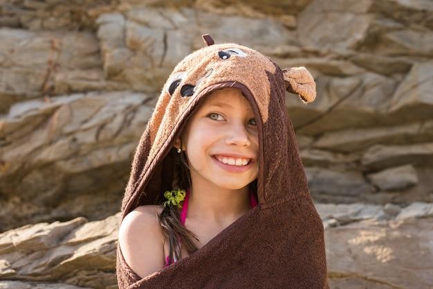 Sorridente ragazza in spiaggia