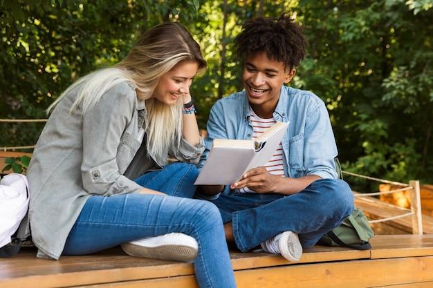 Sorridente giovane coppia multiethninc trascorrere del tempo insieme