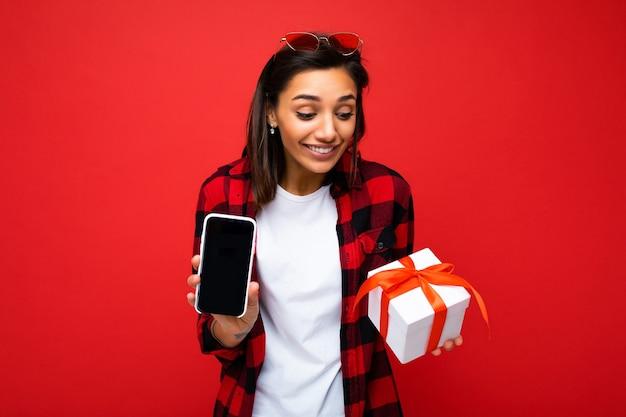 Sorridente giovane donna abbastanza carina con emozioni sincere isolate Foto Premium