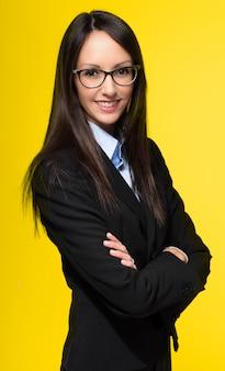 Giovane segretaria sorridente su giallo