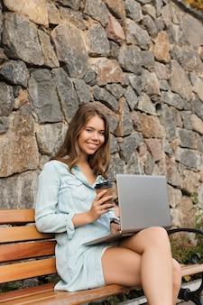 Sorridente giovane ragazza adolescente con lo zaino