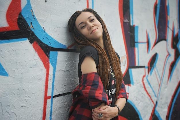 Ritratto sorridente della giovane donna con i dreadlocks