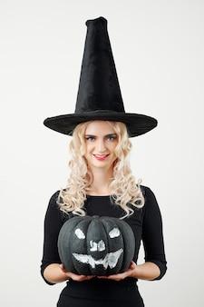 Sorridente giovane donna pronta per la festa di halloween