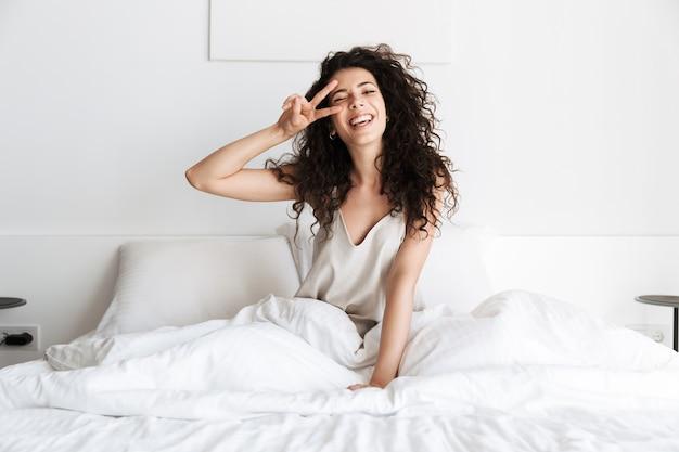 Sorridente giovane donna con i capelli ricci scuri