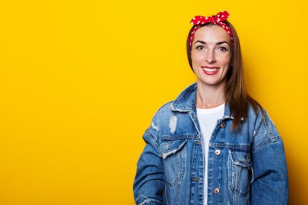 Sorridente giovane donna con cerchietto per capelli