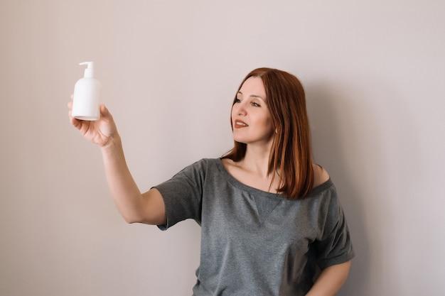 Smilling donna tenere sanitazer in mano.