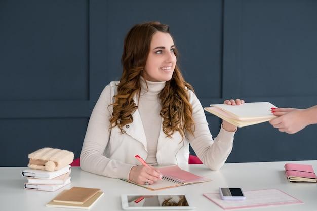 Mmm affari. giovane donna di successo che lavora in uno spazio ufficio